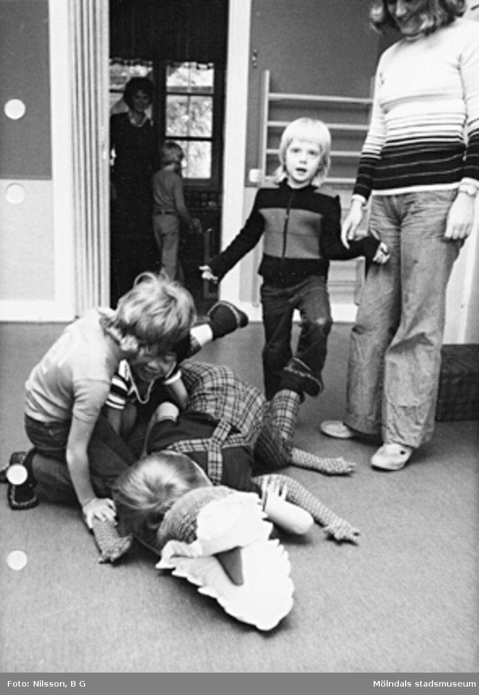 Barn som leker på golvet med en leksakskrokodil. Holtermanska daghemmet maj 1975.