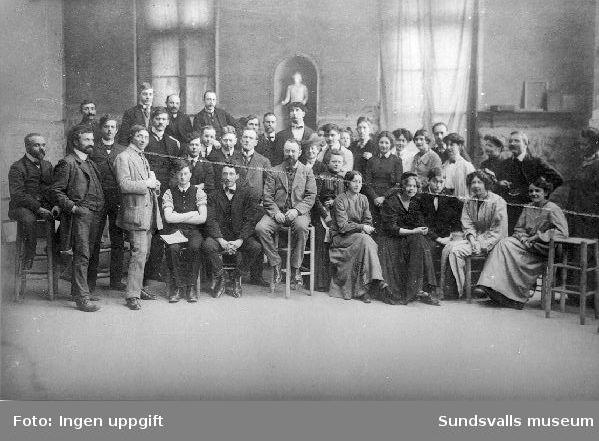 L´académie Matisse, Paris, 1910. I mitten sitter konstnären och läraren Henri Matisse, rakt ovanför honom står Isaac Grünewald. Sigrid Hjertén sitter som andra kvinna fr h.