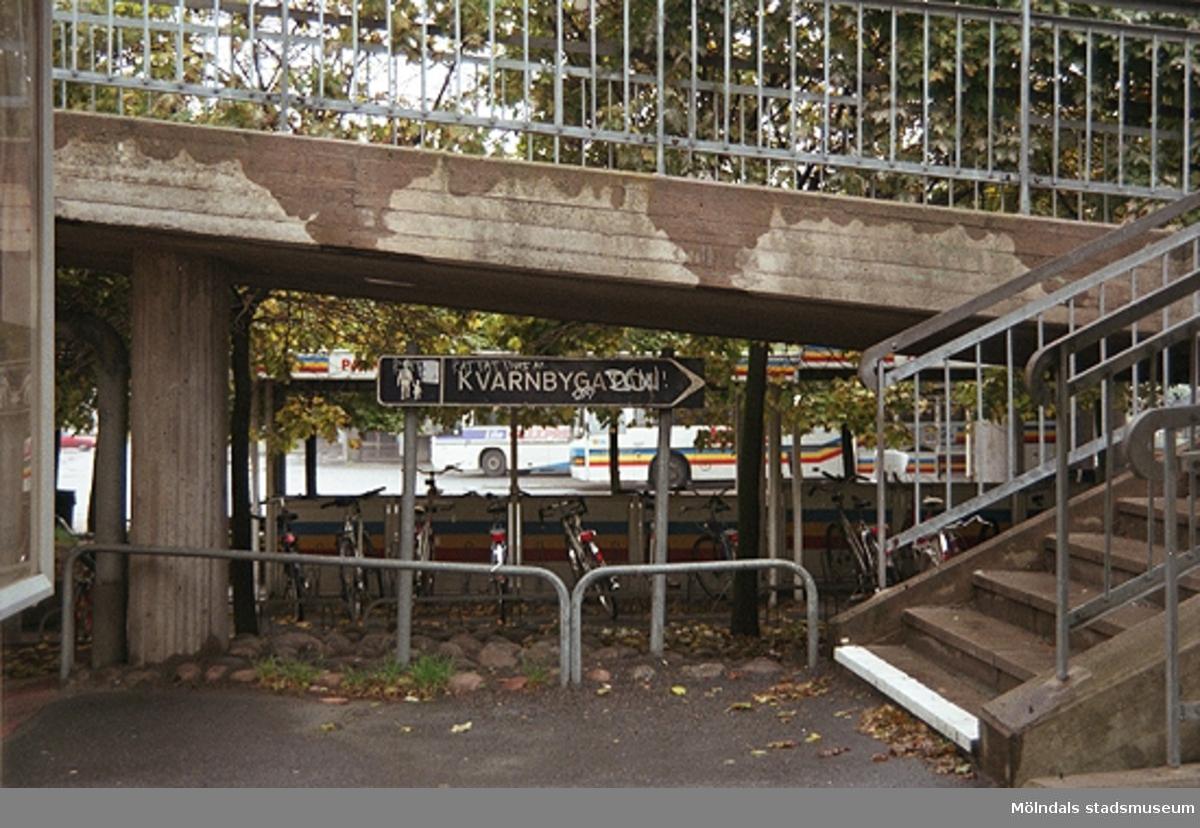 Cykelparkering under en bro. Mölndalsbro i dag - ett skolpedagogiskt dokumentationsprojekt på Mölndals museum under oktober 1996. 1996_1173-1187 är gjorda av högstadieelever från Kvarnbyskolan 9D, grupp 3. Se även 1996_0913-0940.