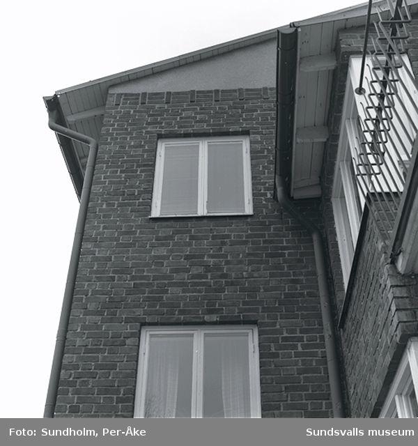 Inventering av 1940- och 50-talsområden. Västra Radiogatan 2 A, 2 B, 22-4.Balkong, balkongräcke, balkongdörr