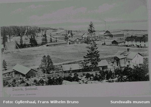 Vy över Stockviks samhälle. I bakgrunden ses Stockviks sågverk, anlagt 1873, nedlagt 1936.