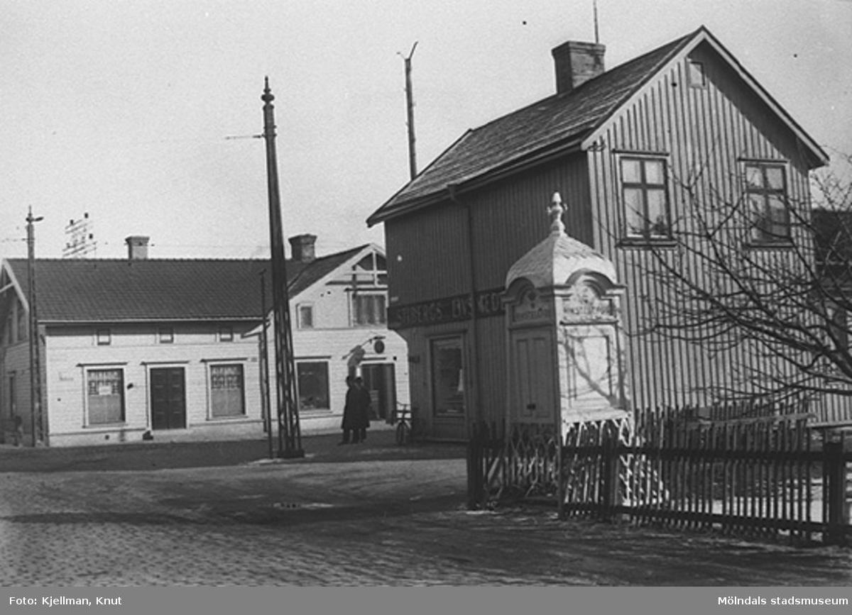 Vy från Frölundagatans mynning mot sydost. Observera telefonkiosken. 1900-1930-tal.