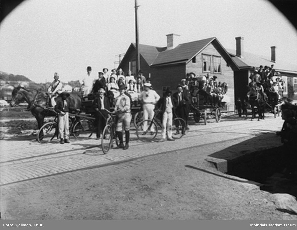 Karnevalståg omkring 1910, sett från spårvagnshallarna som låg i vinkeln mellan Kvarnbygatan och Göteborgsvägen. I bildens mitt ses skomakare Gustaf Adolf Petterssons fastighet.