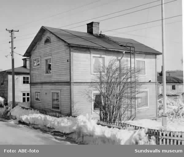Stadsäga 73, C A Svenssons väg nr 6. Huset förvärvades ca 1910 av hamnarbetarnas förtroendeman Anselm Gillström, far till Anselm som senare blev redaktör för Dagbladet och riksdagsman. I ett järnspisrum på övre våningen bodde från 1912 till sitt frånfälle 1925 socialdemokraternas förste riksdagsman C A Svensson./ e u E B