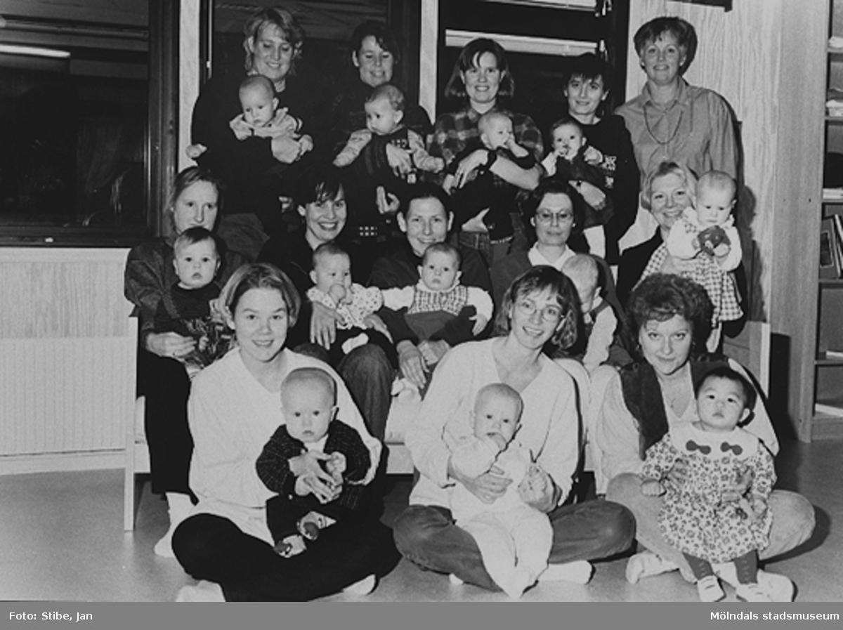 Längst ut till höger på övre raden står gruppledaren Betty Wallin. På hennes vänstra sida står Ana med dottern Sara i famn. Denna dag var det få barn och vuxna i gruppen. December 1996.