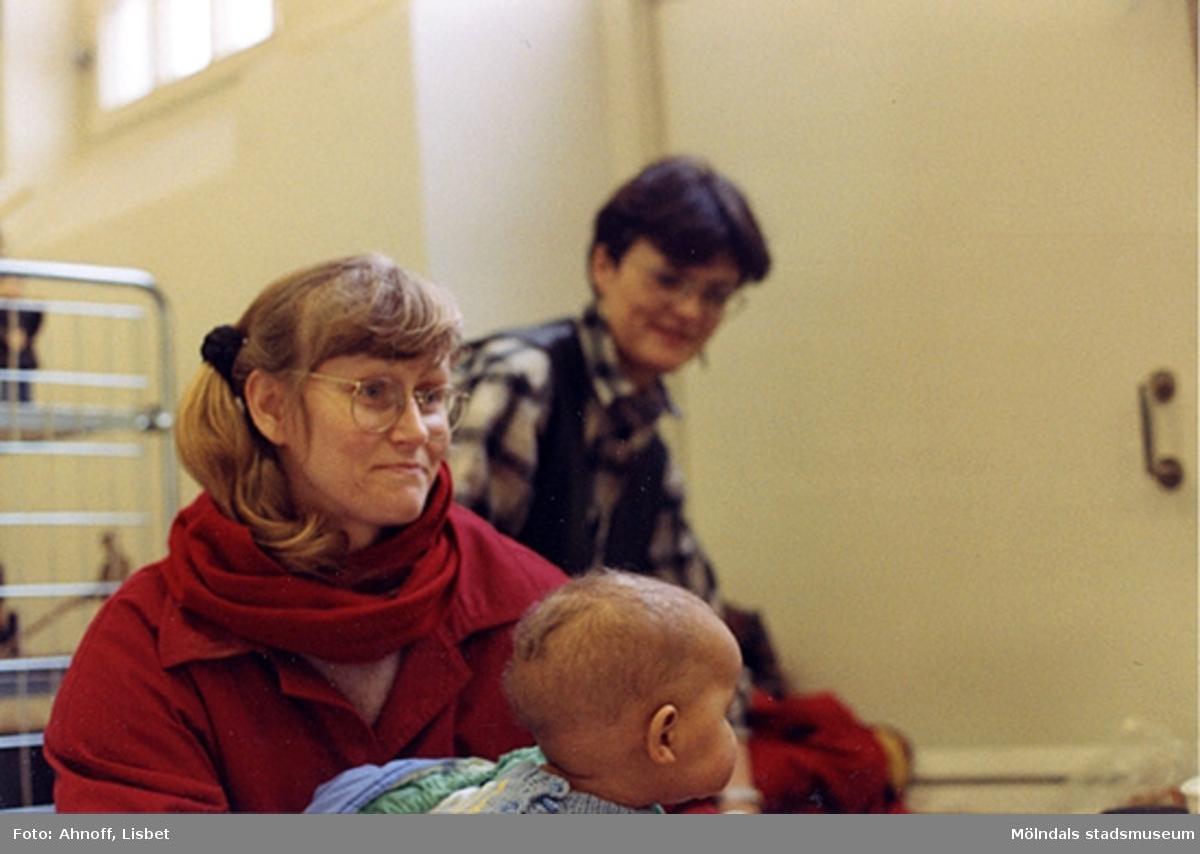 Från vänster ses Pia Hansson med son samt kulturassistent Bodil Magnusson.
