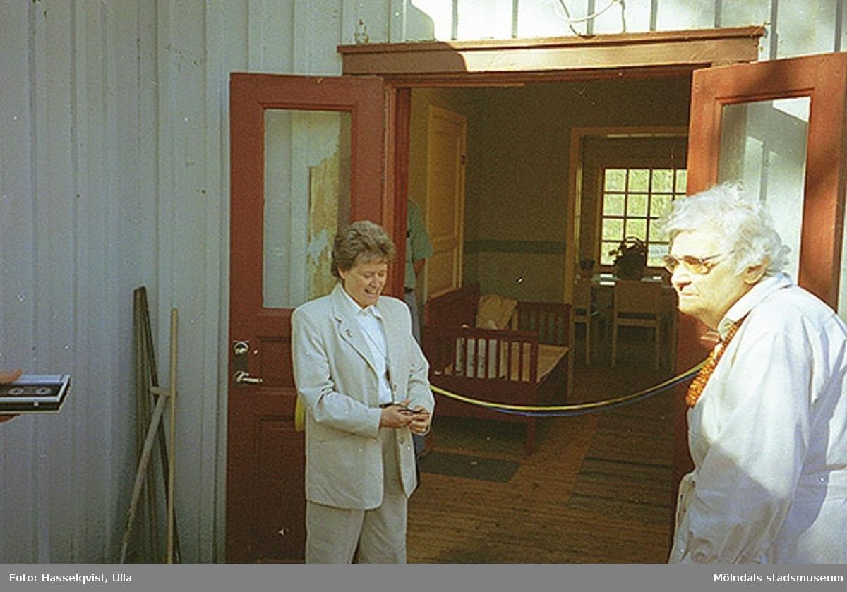Till vänster står Maj Keidser, ordförande i Kultur- och fritidsnämnden. Till höger står Barbro Jacobson, ordförande i Mölndals hemslöjdsförening, 1995-05-06.