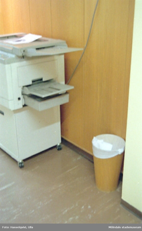 En kopieringsmaskin och papperskorg, augusti 1994.