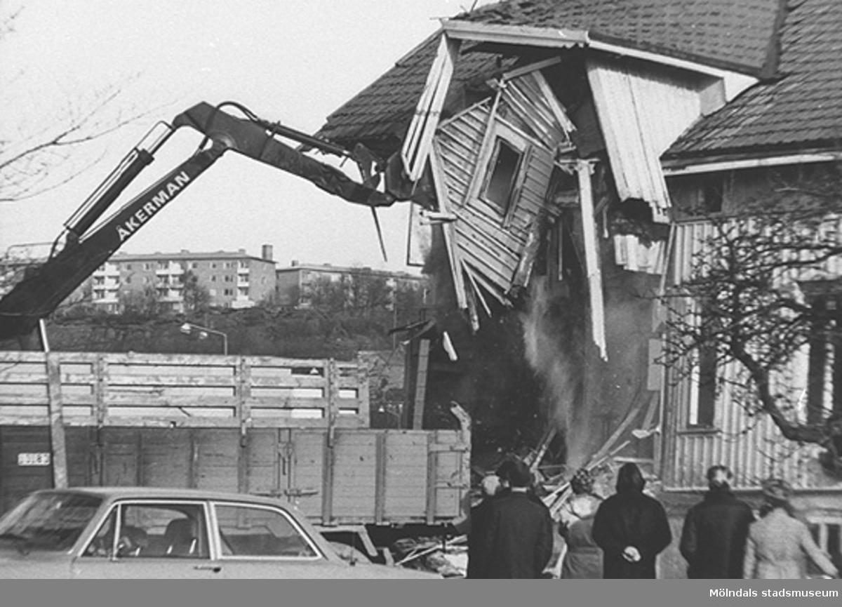 Rivning av E. & K. Karlssons järnhandel, 1974.