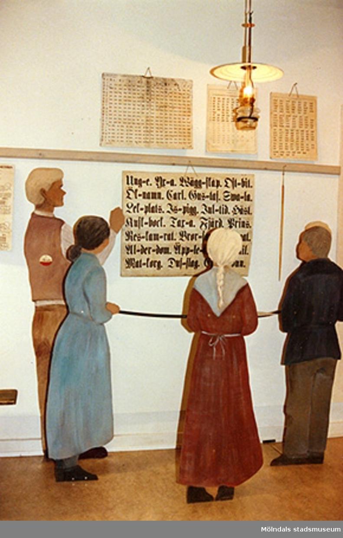 """Interiör från utställningen """"Lära för livet"""" på Mölndals museum 1988."""