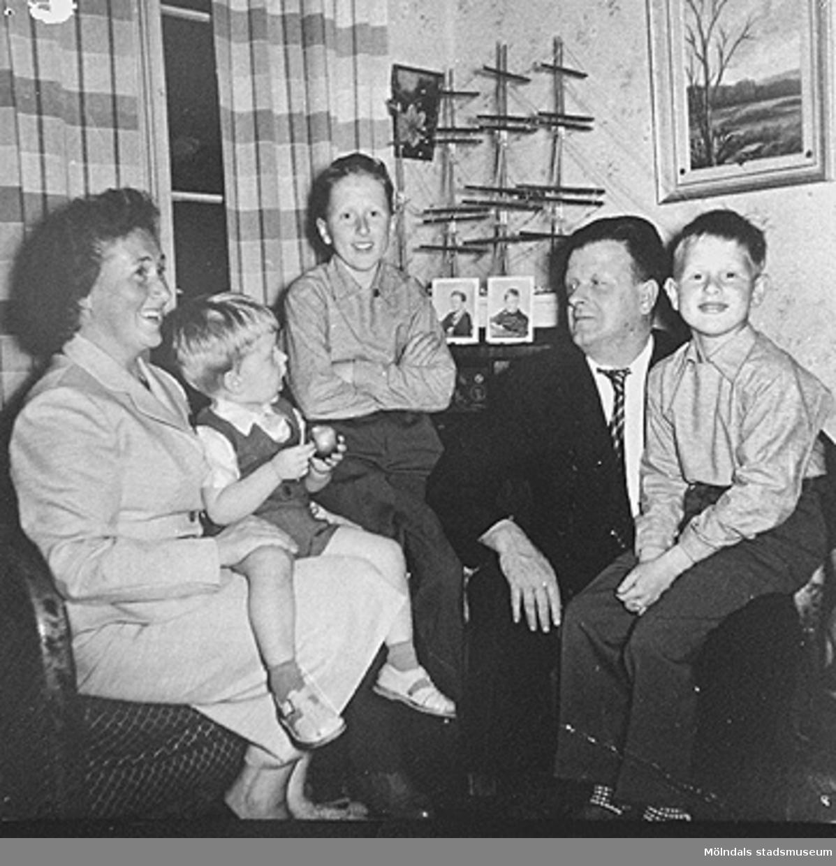 Från vänster: Astrid med Jerry i knät, Leif-Åke (stående) och Helmer med Alf i knät.