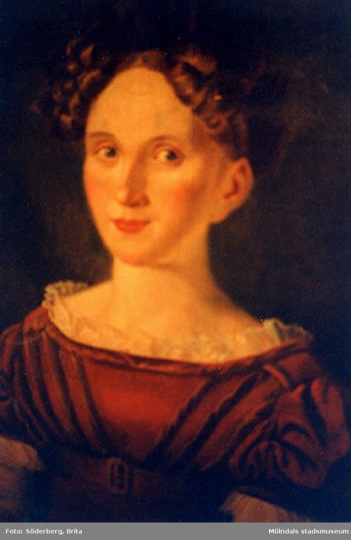 Tavlan är målad år 1819 i samband med giftemålet med Johan Lindhé (tidigare Johan* Otto Frans Lind, f. Hedemora 1792 - d. 1879 Motala). Kapten Johan Lindhé ägde Forsåker Kronogården i Mölndal. Han var alltså född i Mölndal. På mödernet hade man påbrå från Erik den XIV. Hans svägerska Wilma Lindhé, gift med brodern Josef, var författarinna och har skildrat släkten och livet på Forsåker i sina memoarer. Fotografiet på porträttet, som medföljer Lindhébladet 1992 (Lindhébladet skickas varje år till alla aktiva medlemmar med årsbrev, information om släkten och släkthistoria), föreställer Johan Lindhés första hustru Carolina* Charlotta Krusell (Crusell). Det var hon som medförde Forsåkers gård. Detta framgår av det äktenskapsförord som upprättades i samband med giftemålet år 1819 (se Släktkrönikan 2 sid. 24 - 28). Forsåker var ett arv till hennes mor Sofia Jakobina Hoving, som var gift 1) med brukspatron Hallencreutz på Vedevåg, 2) med Carl Johan Krusell, kapten vid Stedingkska regementet, vilket även Johan Lindhé tillhörde.Släkten Crusell, som det ursprungligen stavades, räknar Olof som stamfader.  Han var bl.a räntmästare i Åbo och gift med Maria, dotter till biskopen i Åbo, Isak Rothovius, känd för sin översättning av bibeln till finska. Det finns mer att läsa på sidan 45-47 i släktkrönikan. 1720 - 1743 var han gift med Märta Eleonora Gyllensvärd (hennes härstamning från Erik XIV finns på sidan 80 och 11).  När Johan Lindhé och dottern Carolina Charlotta Krusell gift sig flyttade de till Forsåker. Troligen träffades de genom att både Johan och svärfadern tillhörde Stedingkska regementet.