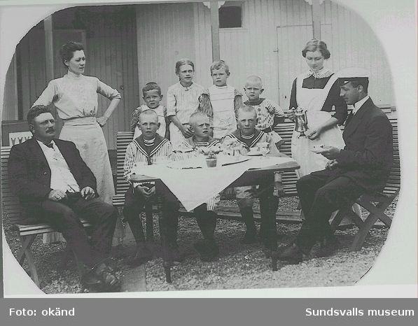 Disponentfamiljen Jensen med barn, informator Feinstein och piga.