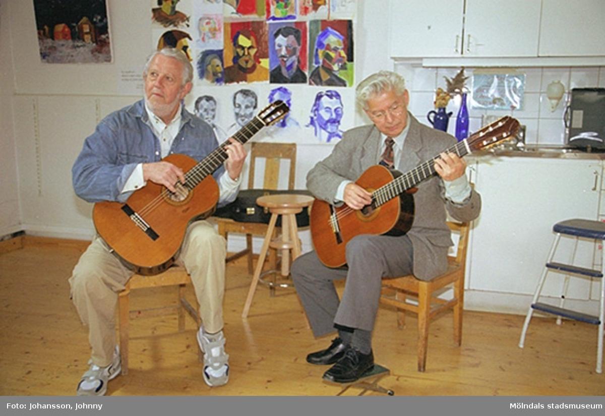 Musikunderhållning på Mölndals målarskola där Lasse Börjesson och Gunnar Lif spelar gitarr.