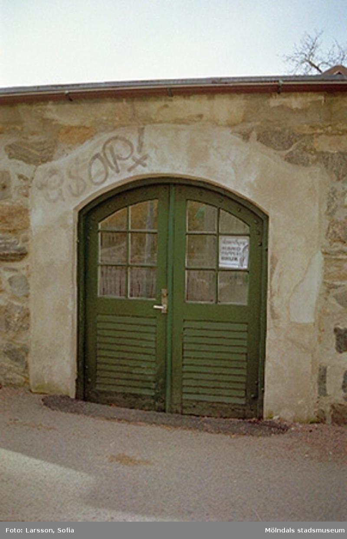 Gröna entrédörrar in till stenladan där Kvarnbyns handpappersbruk (Handpappersbruket) huserar. Stenladan tillhör Papyrusområdet.