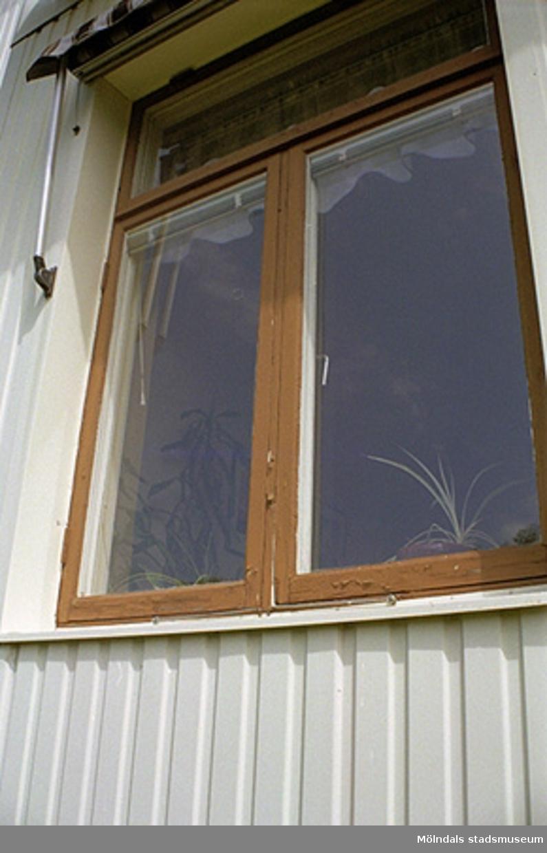 """Fönster av äldre typ på """"Vita villan"""" i Stretered, 1998-05-29.Byggnadsdetalj i kontorsbyggnad och rektorsbostad."""