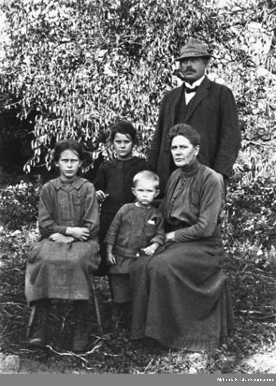 Herr Scotte med familj, år 1921. Scotte var Stretered skolhems trädgårdsmästare. Barnen från vänster är Gunborg, Ingegerd och Helmer.