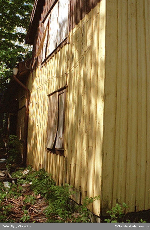 Gammalt bostadshus, Ranntorp 1:16 i Ranntorp, Lindome. Byggnadsdetaljer: Fasad och fönster. Huset är nu rivet. Maj 1994.