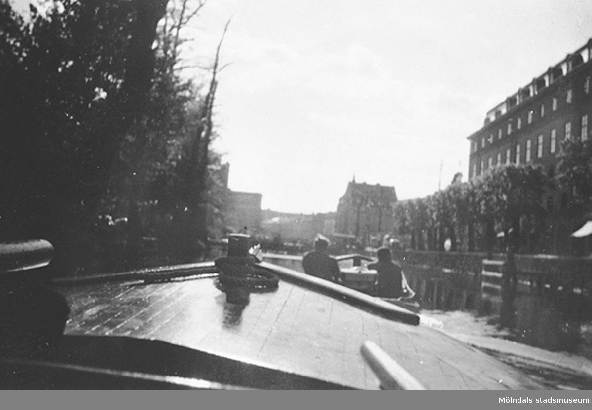 Vy från Fattighusån, i Göteborg.Givaren Roland Segerstam var med i Mölndals Motorbåtsklubb i många år under 1950 - 60-talen. De hade litet båtvarv och hamn intill lilla bron  (i närheten av Mölndals sjukhus) vid Mölndalsån.Avgiften var 6 kr/år för båtplatsen. Många av båtägarna var yrkesmänniskor från industrier och småfabriker i närheten, som plåtslagare och rörläggare mfl. Föreningen hade ett rikt socialt liv och givaren har flertal historier om detta. Bl a talas det om en båtresa som gjordes från motorbåtshamnen genom Mölndalsån hela vägen via Göteborg ut till Älfsborgs fästning.