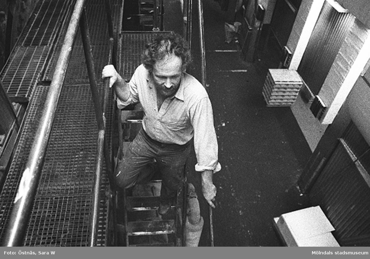 Juris Kuvalds på väg nedför en trappa i byggnad 6. Bilden ingår i serie från produktion och interiör på pappersindustrin Papyrus.