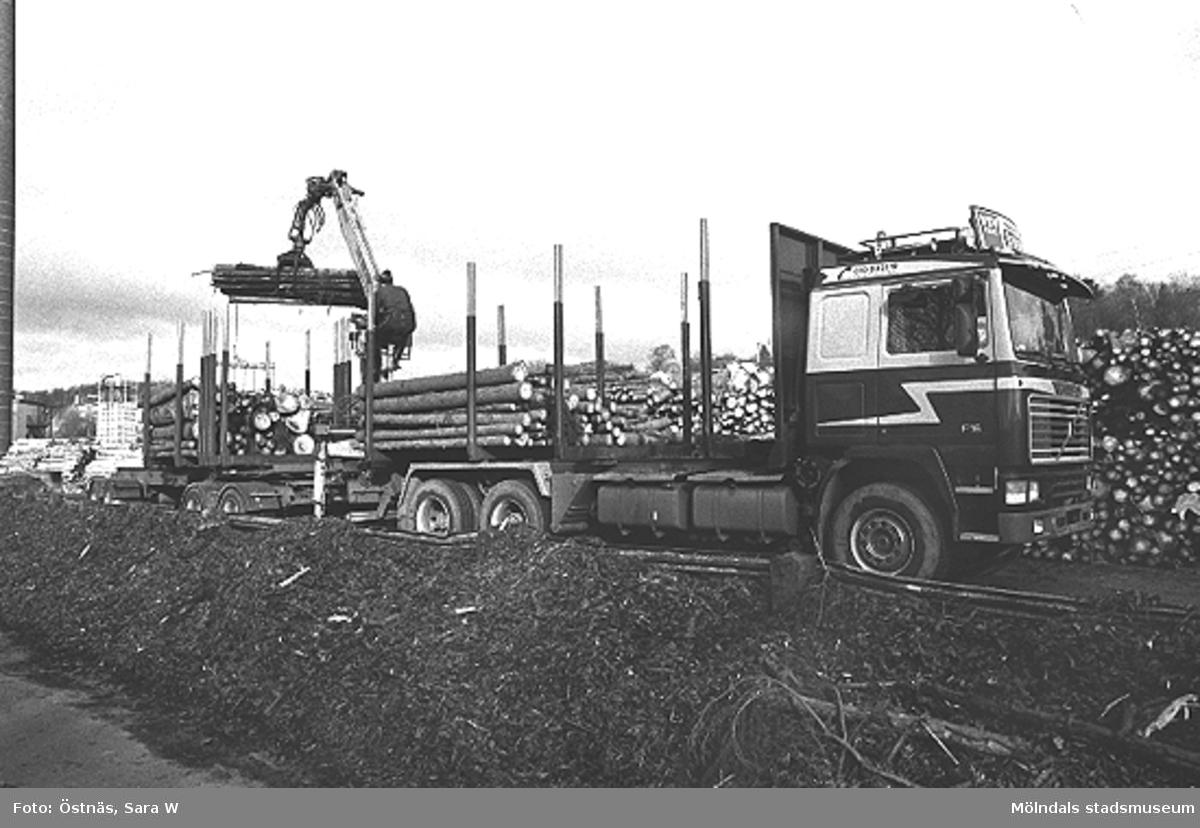 En transport med träråvara till pappersfabriken.Bilden ingår i serie från produktion och interiör på pappersindustrin Papyrus.