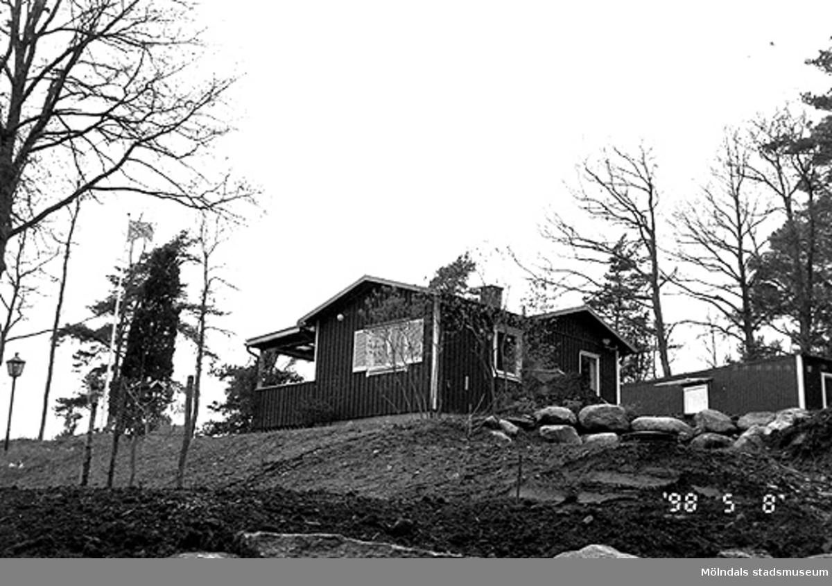Ett bostadshus.Hällesåker 5:17, Djupedala i Lindome 1998-05-08.