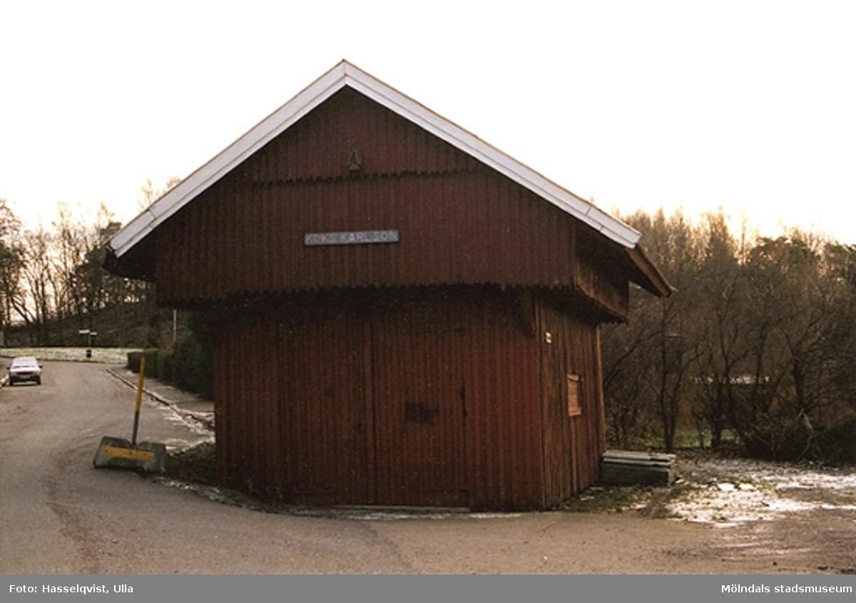 """""""Vågboden"""" på Våggatan 6 i Åby, Mölndal. År 2000.Över dörren hänger en handmålad skylt med texten: """"KOKS KARLSON"""""""