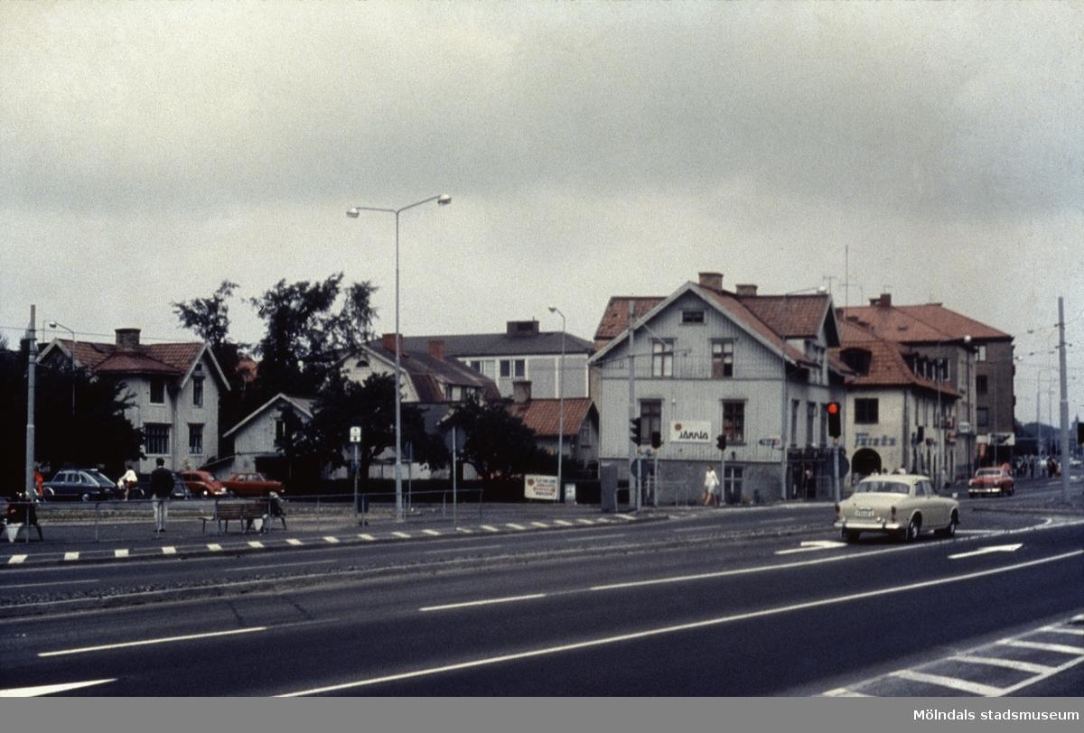 Kungsbackavägen, sträckning mot norr. Huset närmast kameran är E. och K. Karlssons Järnhandel. Mölndal, 1970-tal.