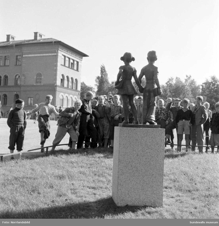 Vid den norra infarten till Gustav Adolfsskolans skolgård i Sundsvall välkomnas man av en liten bronsskulptur av två barn, en pojke och en flicka hand i hand,  stående på en granitsockel. De är gjutna 1953 av Jonas Fröding (1905-1959).