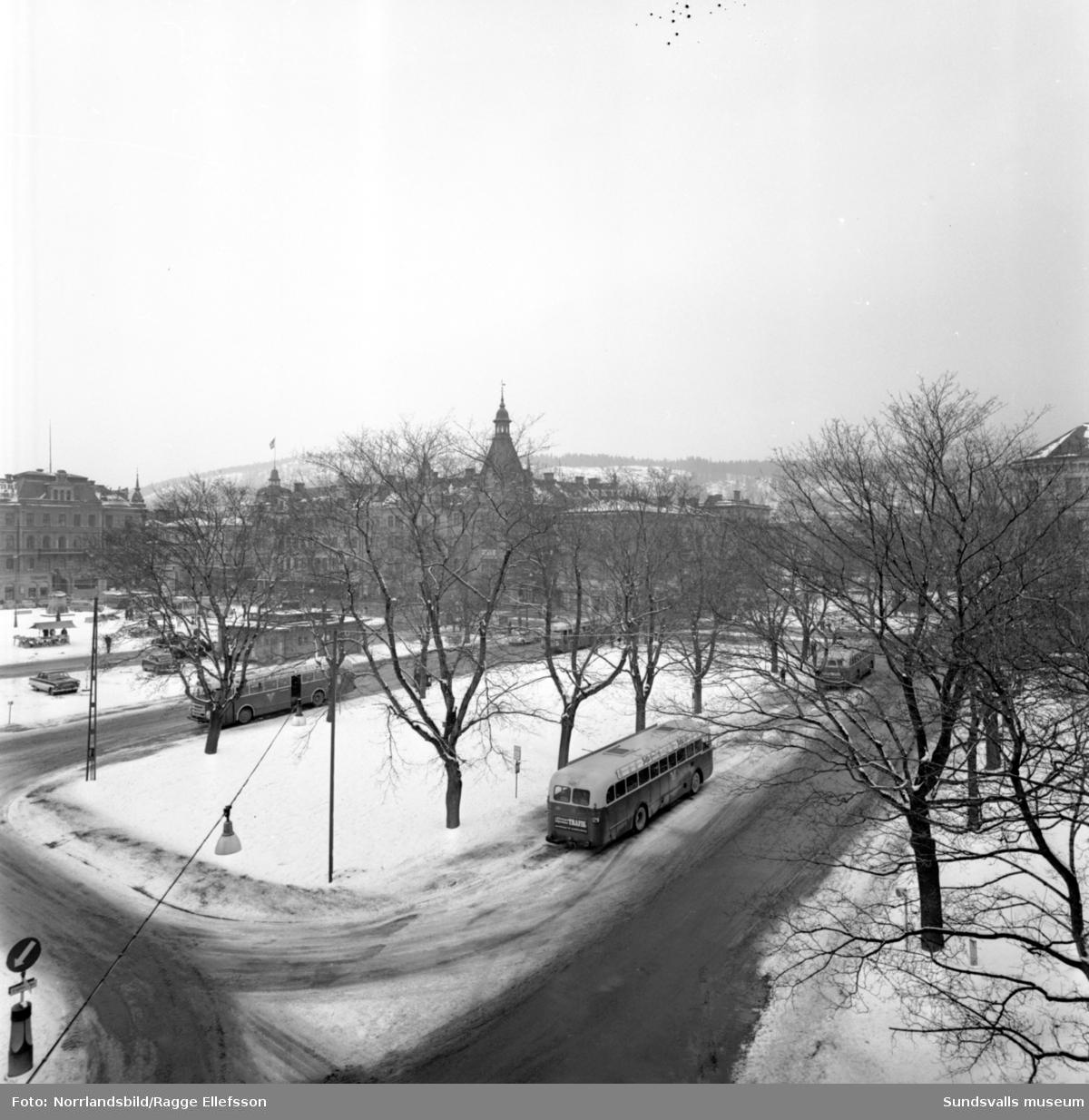 Panorama från före detta Centralhotellet och Sundsvallsbanken norrut över Stora torget, Vängåvan och Storgatan.