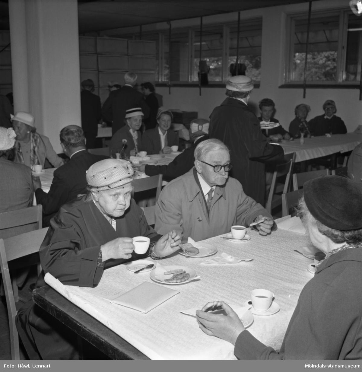 Fabriksvisning för Papyrus anställdas anhöriga. Papyrus i Mölndal, 28/5 1957.