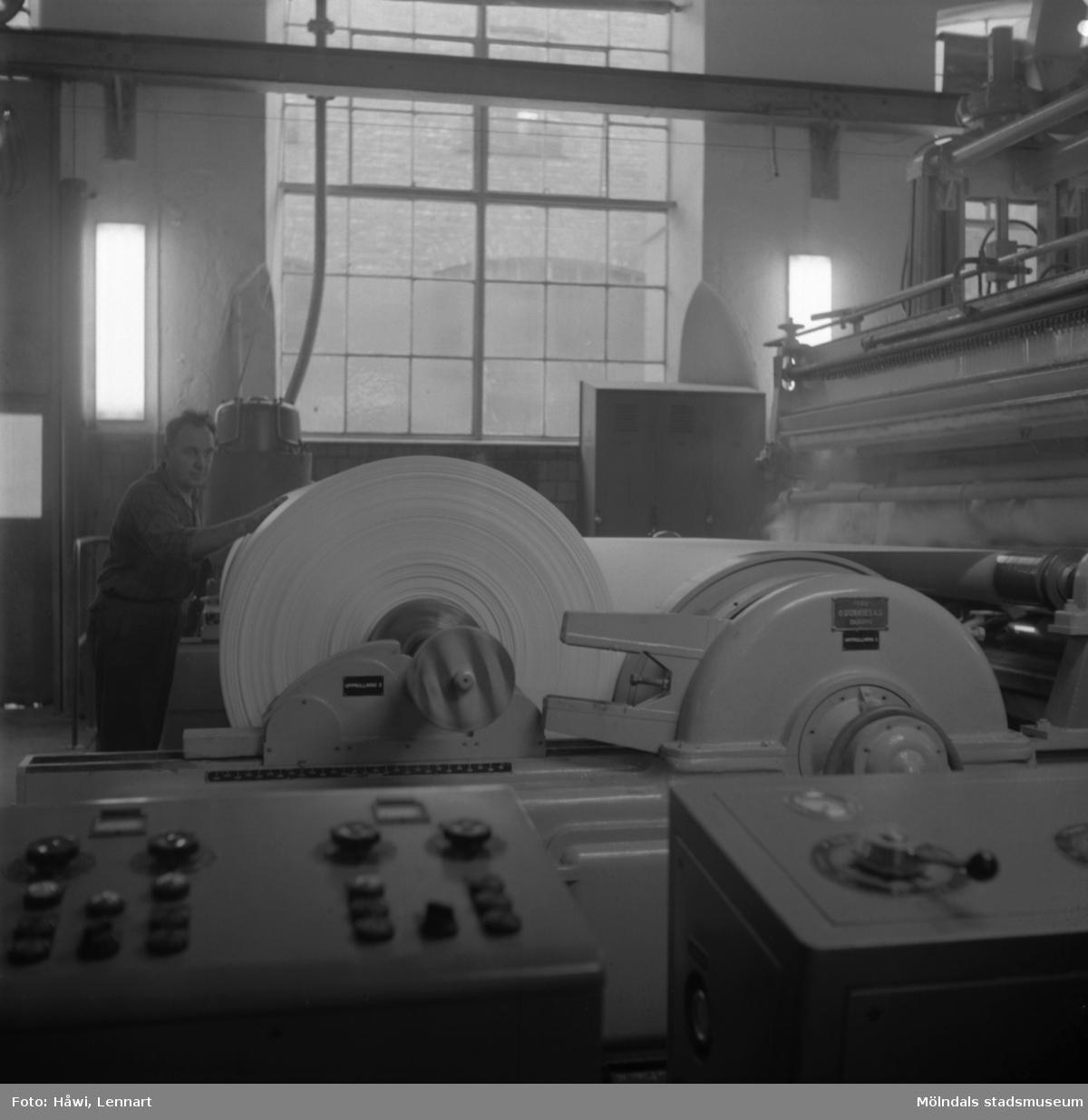 En man i arbete vid PM12 efter ombyggnad. Papyrus i Mölndal, 19/9 1961.