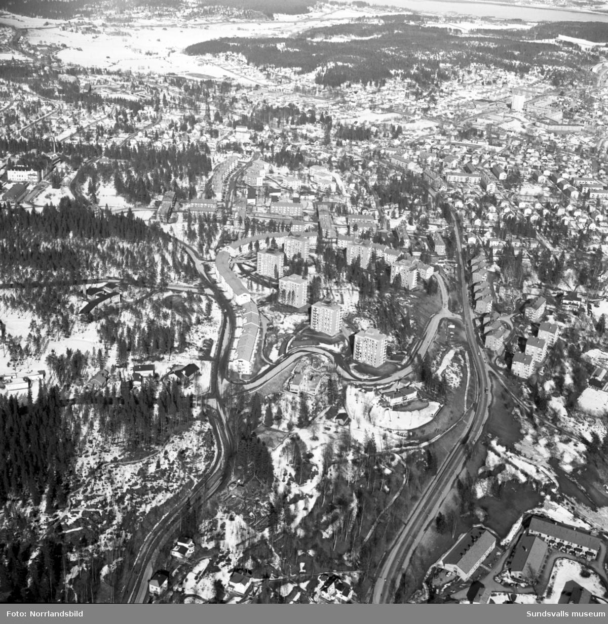 Flygfoto över Norrliden från Stadsbacken och österut. Baldersvägen, Tivolivägen, Norrlidsgatan, Kungsvägen.