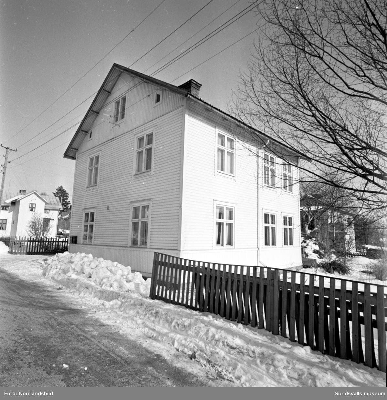 Gårdar i gamla Skönsberg mellan Modinsgatan-Medborgargatan-Skönsbergsvägen-Trafikgatan. Från Gilleberget mot Ortviksvägen. Från Folkets hus mot Gilleberget. Hörnet Skönsbergsvägen-Modinsgatan.