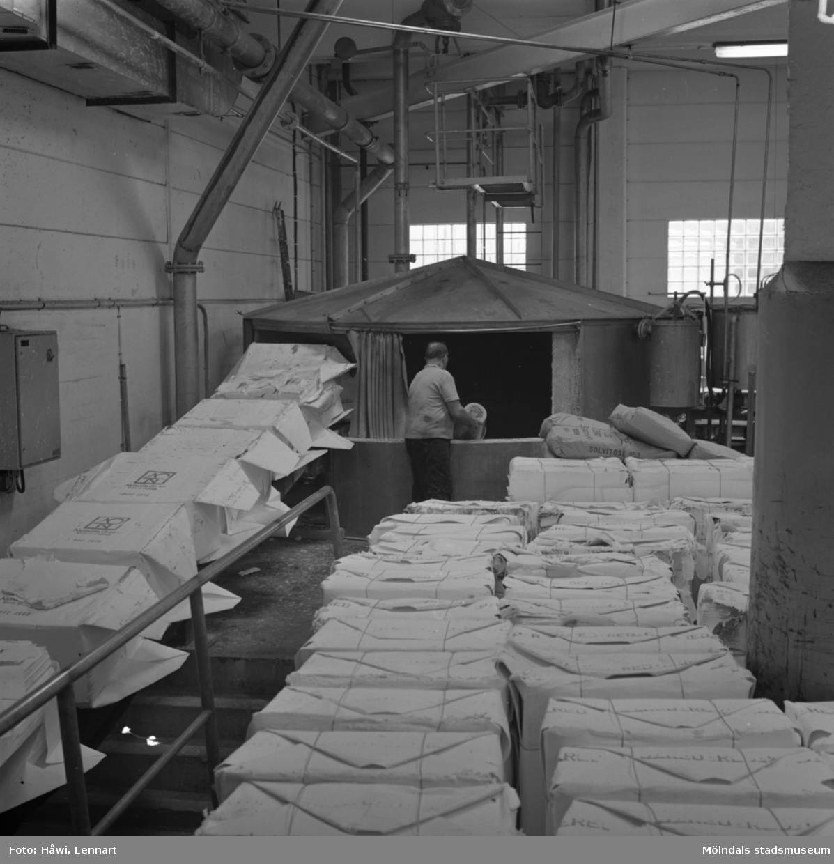 Papyrus/Stora Enso i Mölndal, 8/9 1970. Man i arbete på PM 5 pulper. Byggnad 9a.