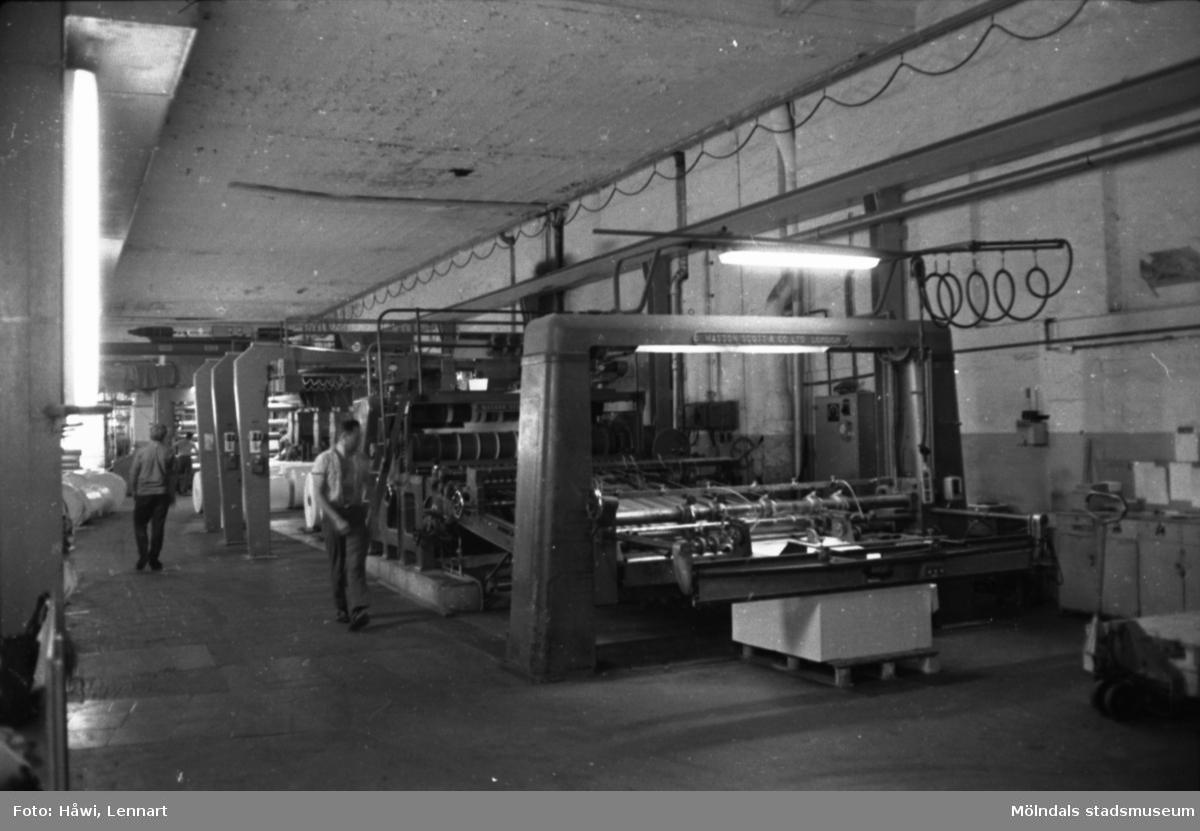 Män i arbete vid maskin på Papyrus i Mölndal, hösten 1970. Klipp 5, byggnad 10. Femmans rullmaskin i bakgrunden (syns knappt). Mannen längst fram är Voldemar Mei.