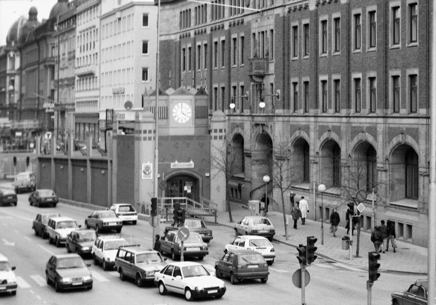 Tillfällig utbyggnad framför huvudingången. Bilden tagen från Klarabergsviadukten. Under perioden augusti 1987 till april 1992 genomförde Postfastigheter en omfattande om- och tillbyggnad av fastigheten.