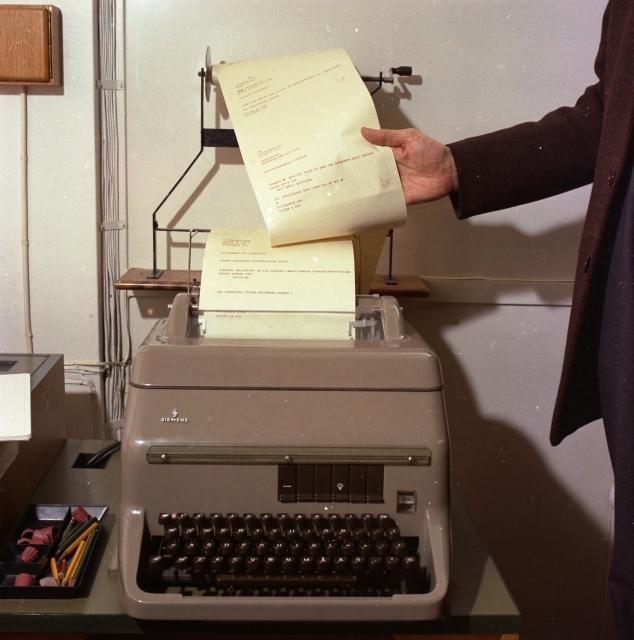 """Telexaparat- närbild av skrivaren. Bildmaterial till diaserien """"En dag på Postgirokontoret"""", att visas för besökare i anslutning till studiebesök och i den interna undervisningen. Se även Postens Kundtidn 1/1965."""