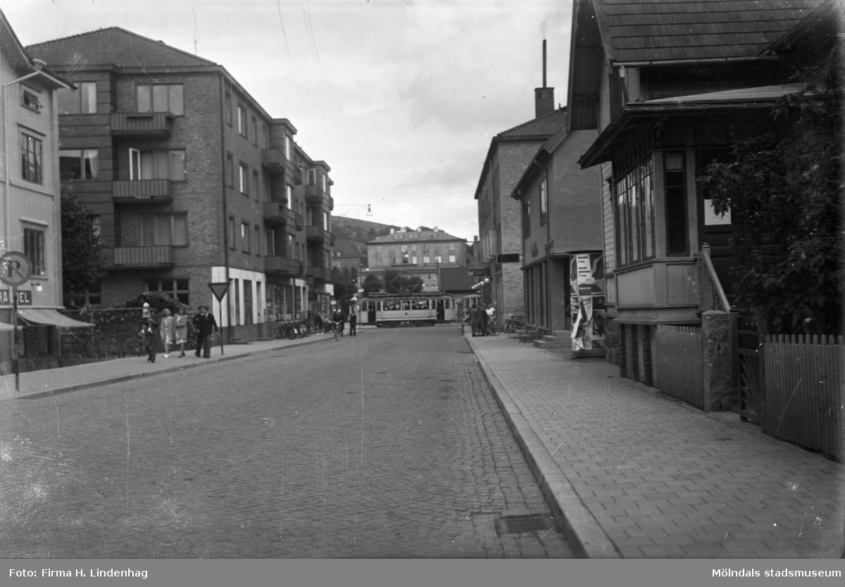 Frölundagatan i Mölndal i riktning mot öster. Foto: H.L. (H. Lindenhag?)