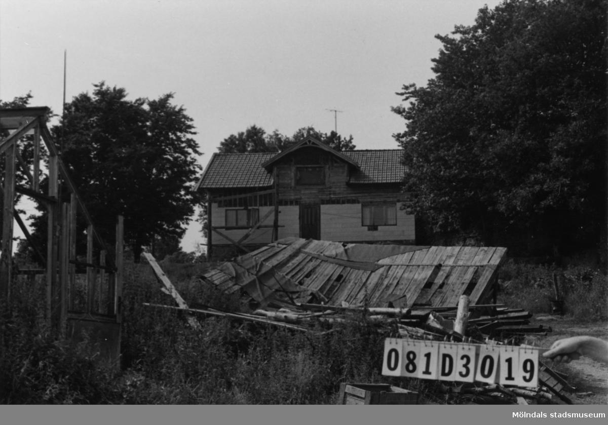 Byggnadsinventering i Lindome 1968. Greggered 1:5. Hus nr: 081D3019. Benämning: Permanent bostad, ladugård och växthus. Kvalitet, bostadshus: mindre god. Kvalitet, ladugård och växthus: dålig. Material, bostadshus: trä och eternit. Material, ladugård: trä. Övrigt: sällsynt skräpigt och förfallet. Tillfartsväg: framkomlig.