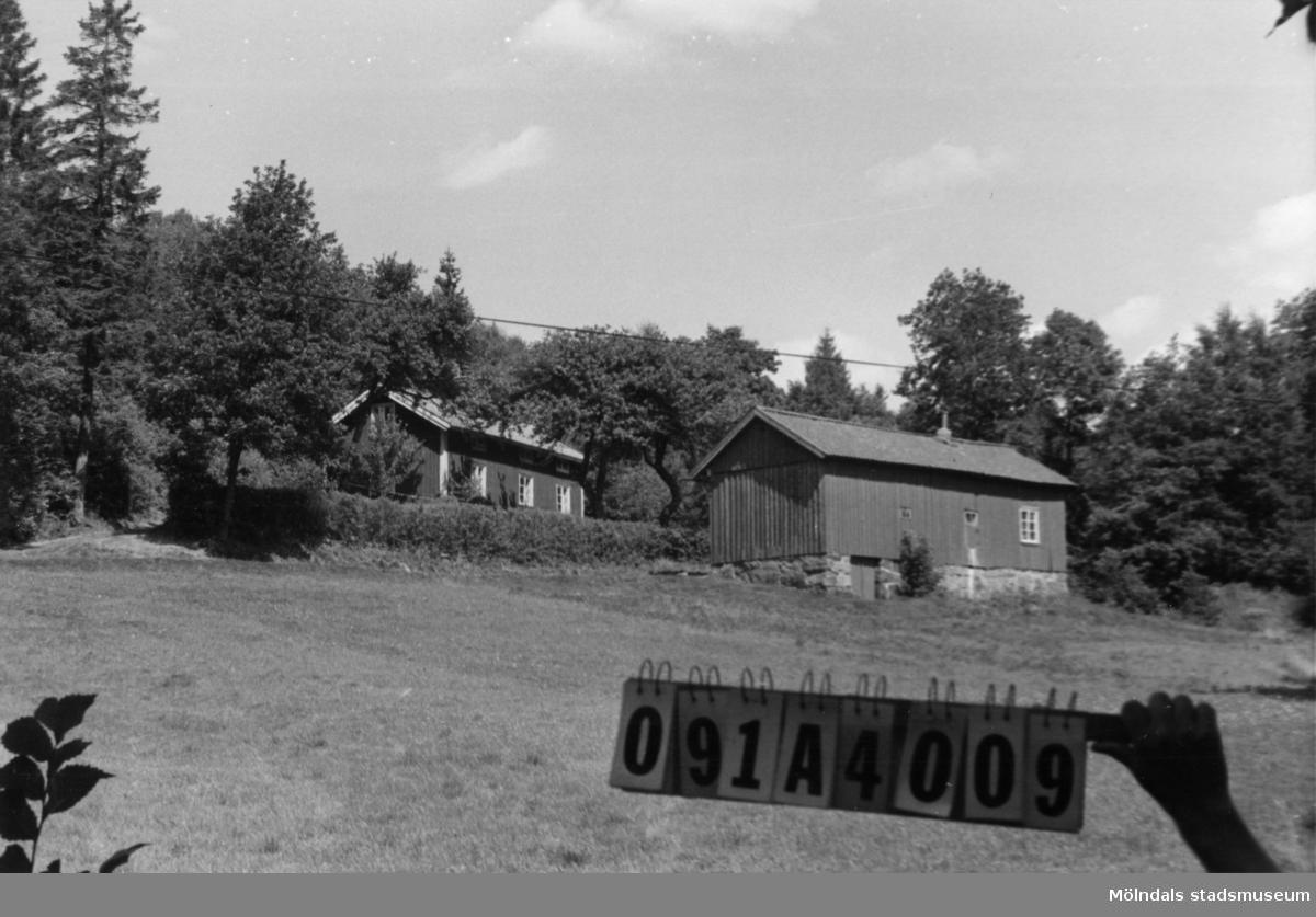 Byggnadsinventering i Lindome 1968. Hällesåker 6:6. Hus nr: 091A4009. Benämning: fritidshus, ladugård och redskapsbod. Kvalitet, fritidshus och ladugård: god. Kvalitet, redskapsbod: mindre god. Material: trä Tillfartsväg: framkomlig.