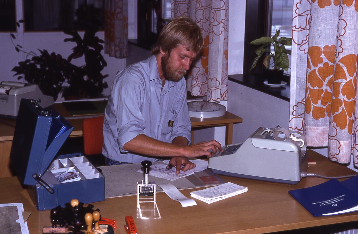 Lantbrevbäraren Mikael Mattsson är tillbaka i kassan på postkontoret vid Tuna Torg i Vallentuna.