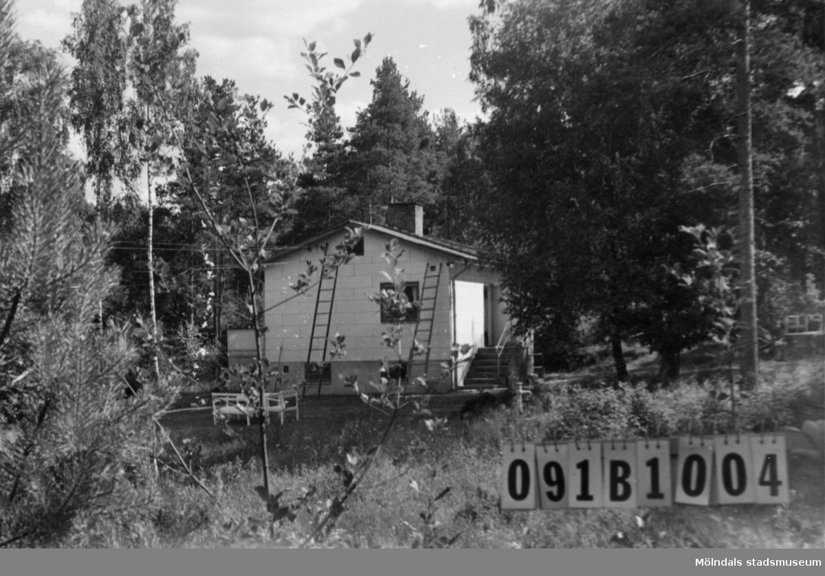 Byggnadsinventering i Lindome 1968. Greggered 3:24. Hus nr: 091B1004. Benämning: permanent bostad och redskapsbod. Kvalitet: god. Material, bostadshus: eternit. Material, redskapsbod: trä. Tillfartsväg: framkomlig. Renhållning: soptömning.
