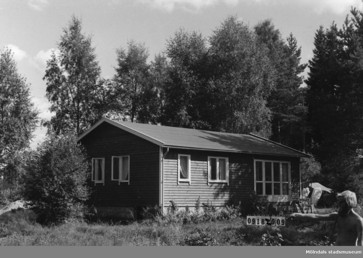 Byggnadsinventering i Lindome 1968. Greggered 3:50. Hus nr: 091B2009. Benämning: fritidshus och redskapsbod. Kvalitet: mycket god. Material: trä. Övrigt: redskapbod under byggnad. Tillfartsväg: framkomlig. Renhållning: soptömning.