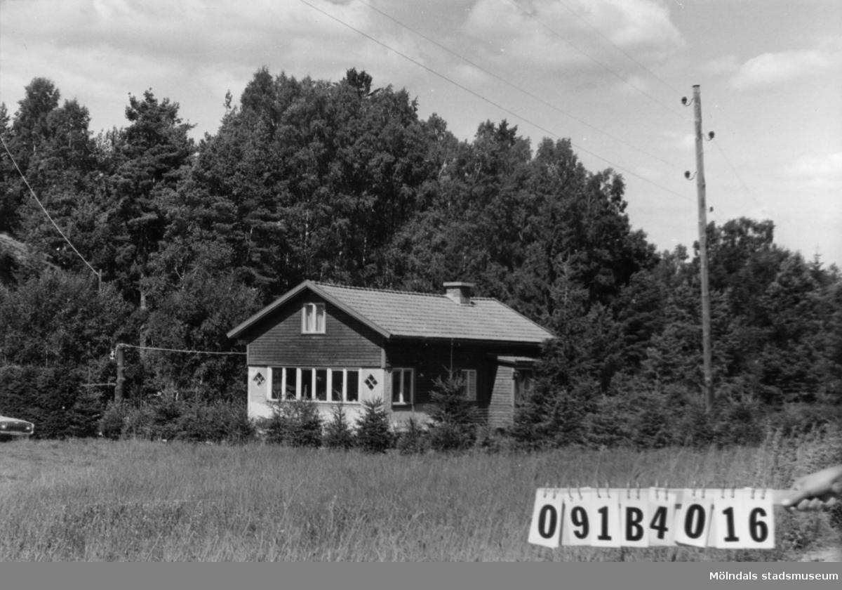 Byggnadsinventering i Lindome 1968. Skräppholmen (2:10). Hus nr: 091B4016. Benämning: fritidshus. Kvalitet: mycket god. Material: trä. Tillfartsväg: framkomlig. Renhållning: soptömning.