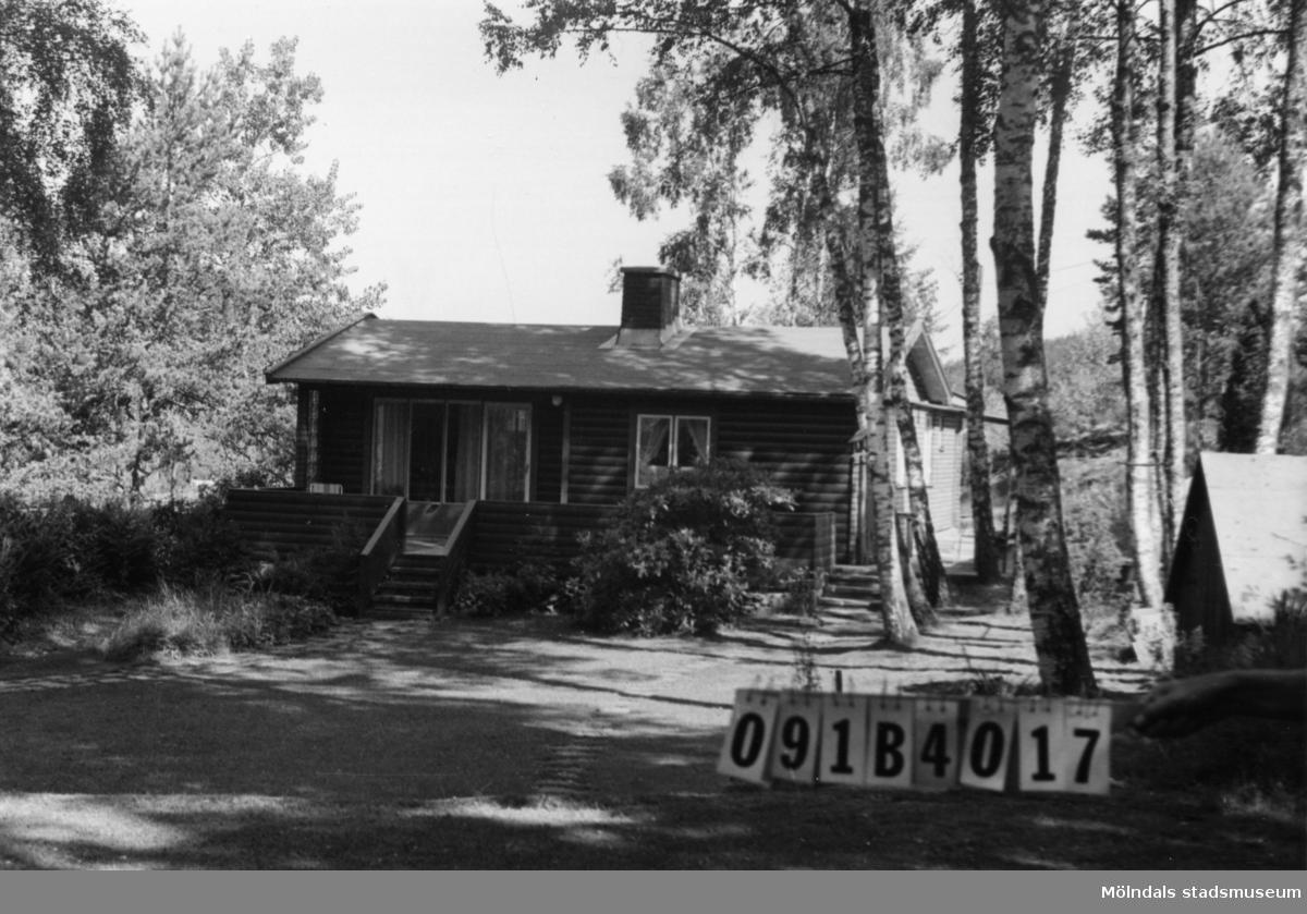 Byggnadsinventering i Lindome 1968. Inseros 1:42. Hus nr: 091B4017. Benämning: fritidshus och redskapsbod. Kvalitet, fritidshus: mycket god. Kvalitet, redskapsbod: god. Material: trä och rött tegel. Tillfartsväg: framkomlig.