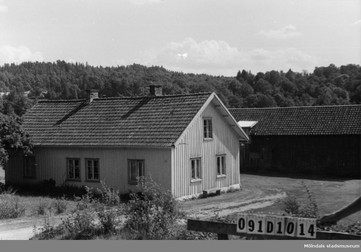 Byggnadsinventering i Lindome 1968. Skräppholmen 2:4. Hus nr: 091D1014. Benämning: permanent bostad och ladugård. Kvalitet: mindre god. Material: trä. Tillfartsväg: framkomlig. Renhållning: soptömning.