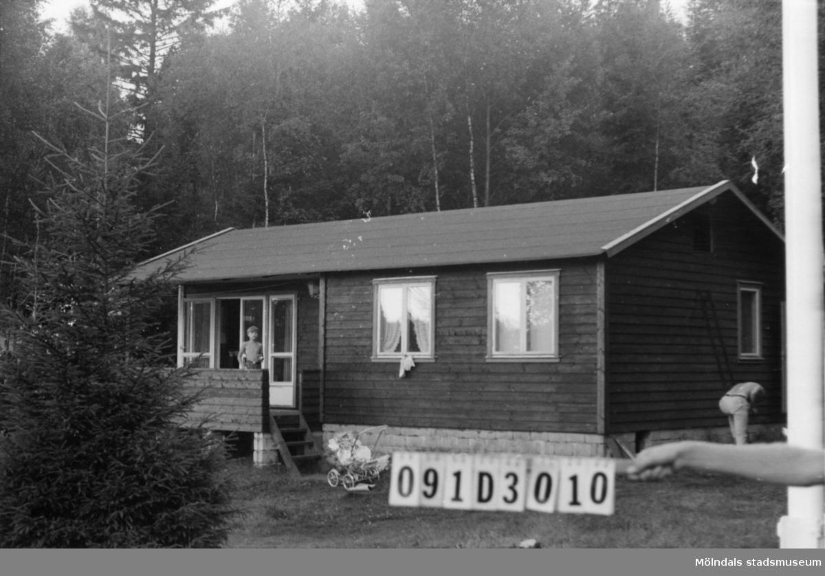 Byggnadsinventering i Lindome 1968. Knipered 1:22. Hus nr: 091D3010. Benämning: fritidshus och redskapsbod. Kvalitet, fritidshus: mycket god. Kvalitet, redskapsbod: dålig. Material: trä. Tillfartsväg: framkomlig.