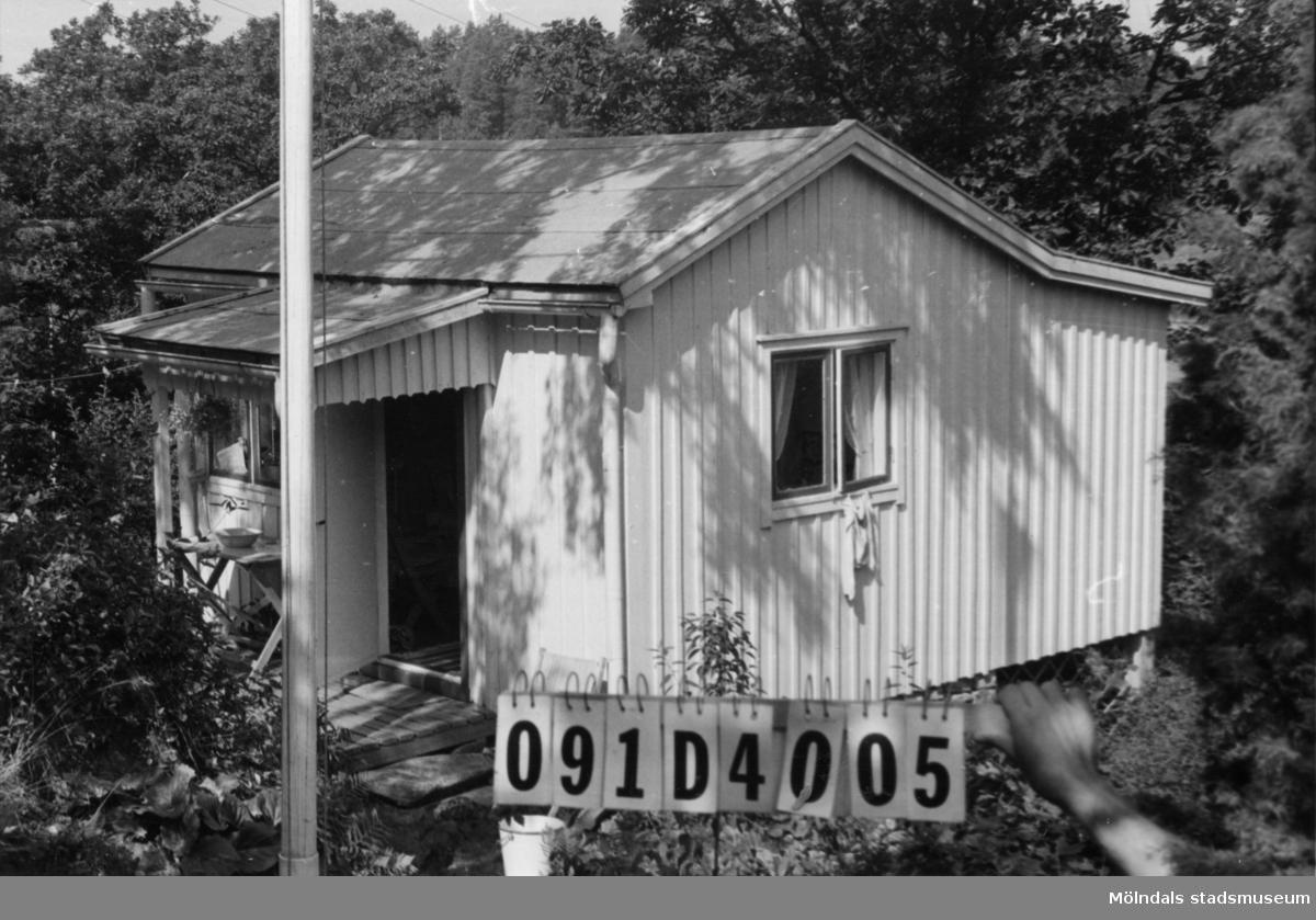 Byggnadsinventering i Lindome 1968. Ranered (1:13). Hus nr: 091D4005. t. 091D4001, arrenderad. Benämning: fritidshus och redskapsbod. Kvalitet, fritidshus: god. Kvalitet, redskapsbod: mindre god. Material: trä. Tillfartsväg: ej framkomlig. Renhållning: ej soptömning.