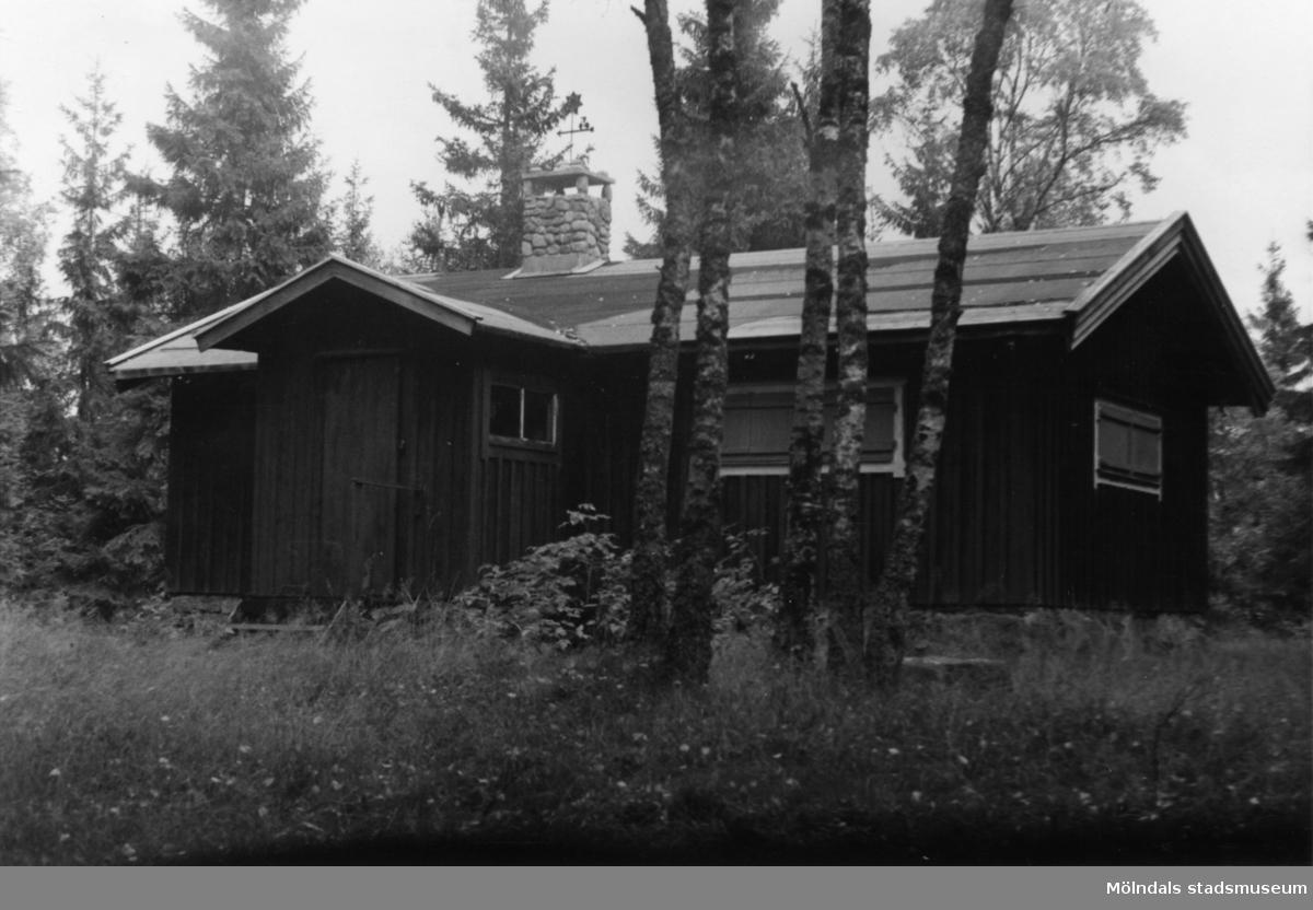 Byggnadsinventering i Lindome 1968. Inseros 1:6. Hus nr: 301A4014. Benämning: fritidshus och redskapsbod. Kvalitet: mindre god. Material: trä. Tillfartsväg: ej framkomlig.